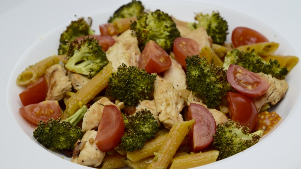 Rode linzenpasta met broccoli